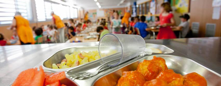 L'Ajuntament reparteix 57 targetes moneder a les famílies dels alumnes amb beques menjador