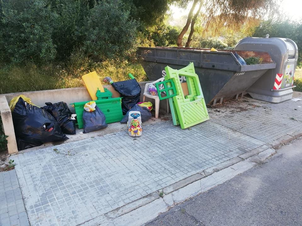 Continuen les mostres #incivisme a la Pobla amb contenidors buits i deixalles a terra