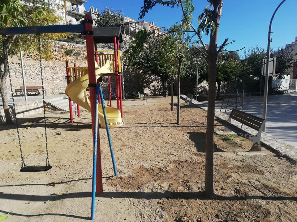 Es planten tres arbres nous a la plaça de la Bassa