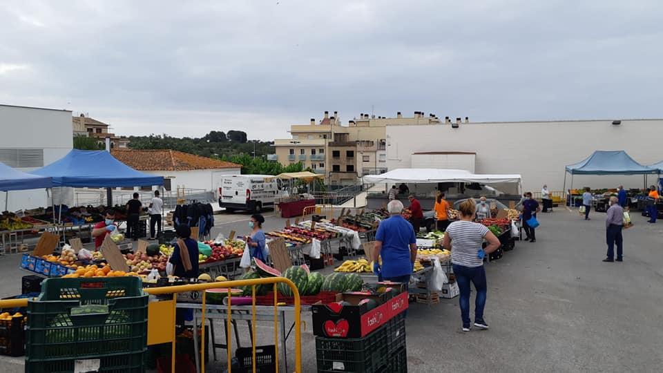El mercadet setmanal de la Pobla recupera les parades de roba i marroquineria